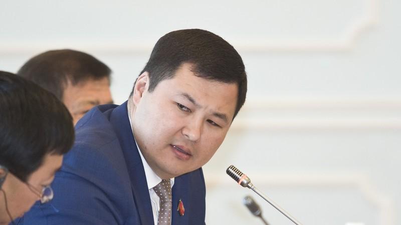 Не прошло и 3 лет, как отремонтировали участок объездной дороги на трассе Бишкек—Нарын—Торугарт, а ее уже латают, - депутат