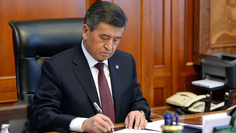 Президент С.Жээнбеков подписал закон, увеличивающий гарантийные сроки автодорог