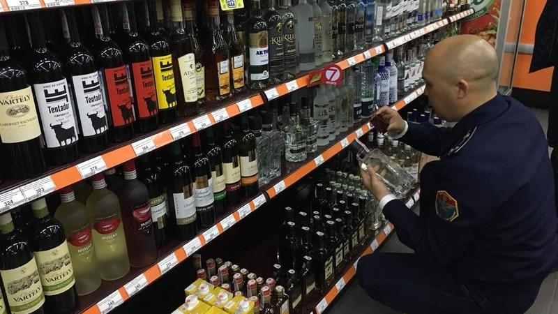 Свердловское УГНС изъяло 148 бутылок алкопродукции с сомнительными акцизными марками в маркете «Шекер» (фото)