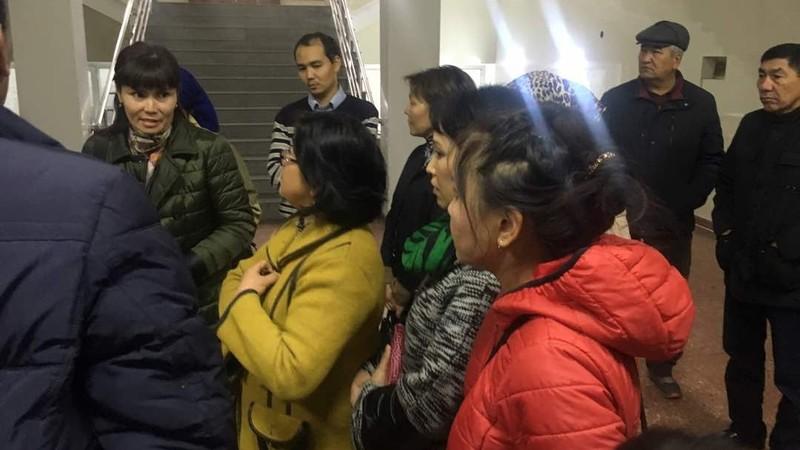 Фото — Процесс директора стройкомпании «Иска-Строй» Н.Сариева идет в закрытом режиме, возле суда собралось около 100 дольщиков