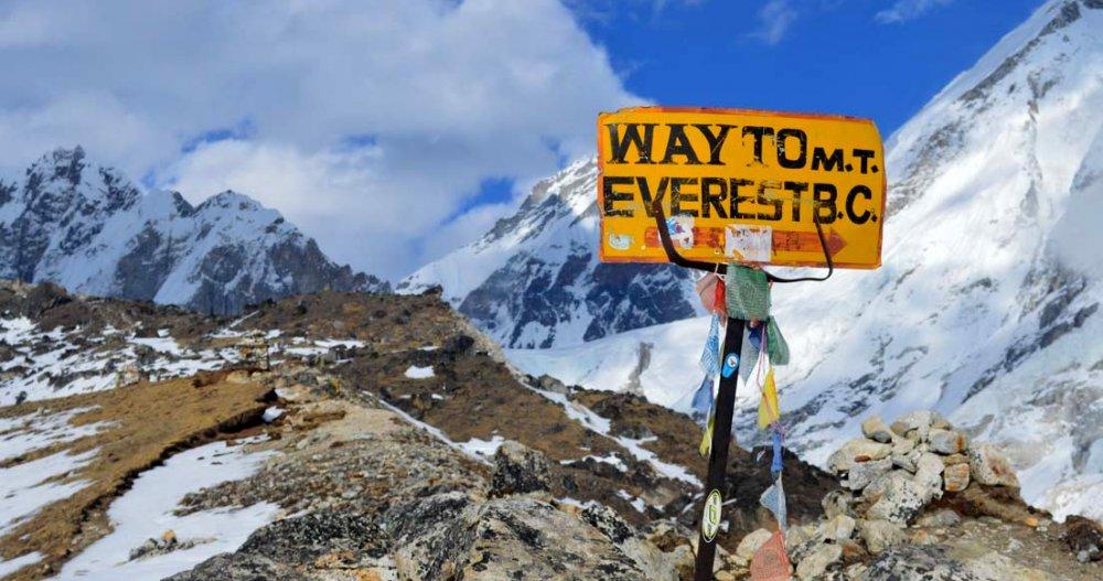 Указатель к базовому лагерю на южной стороне Эвереста