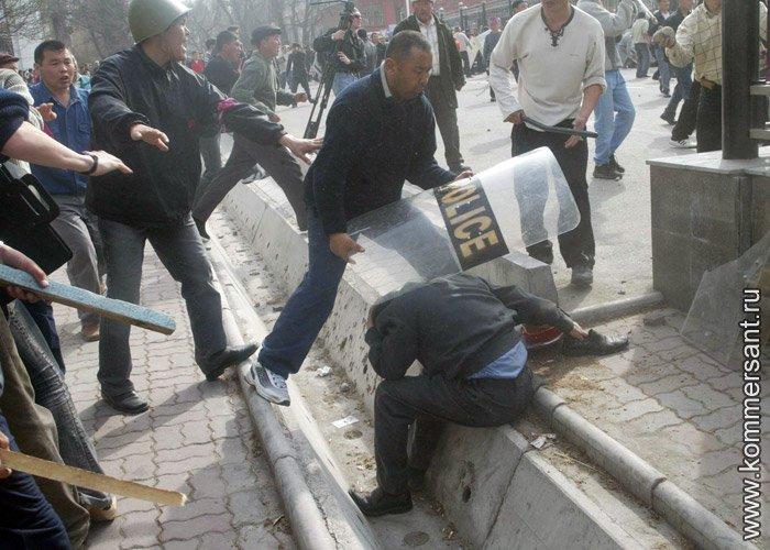 24 марта 2005 года. Беспорядки на площади Ала-Тоо / Фото В.Шапошников/Коммерсант