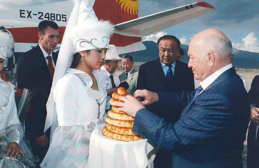 Эсенгул Омуралиев. Встреча мэра Москвы Юрия Лужкова в аэропорту в Тамчы. 2006 год