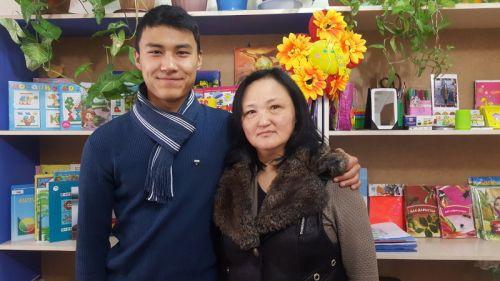 Гулсара Сутуева с сыном