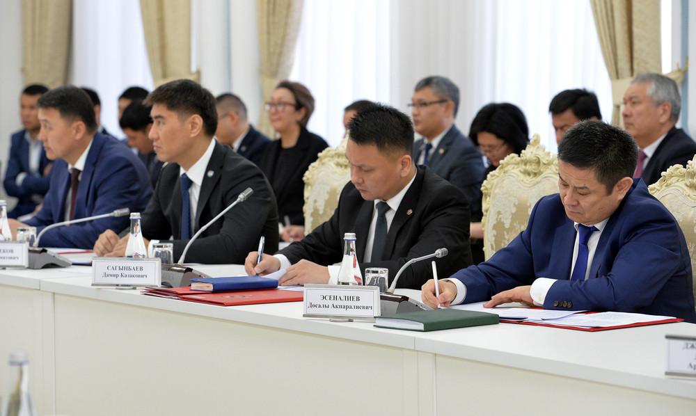 Министр иностранных дел Чингиз Айдарбеков, секретарь Совета безопасности Дамир Сагынбаев, руководитель Аппарата президента Досалы Эсеналиев