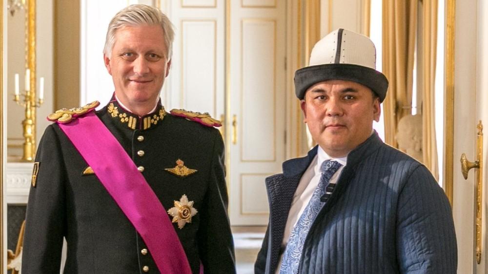 Король Филипп II и посол Муктар Джумалиев