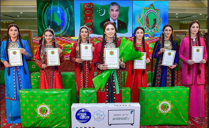 В Туркменистане выбрали самую красивую студентку (фото)
