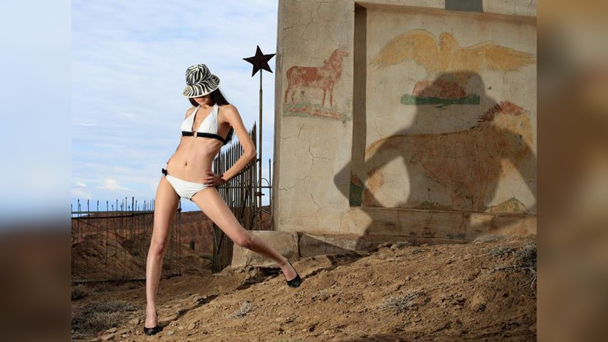 На фоне гор девушки в бикини