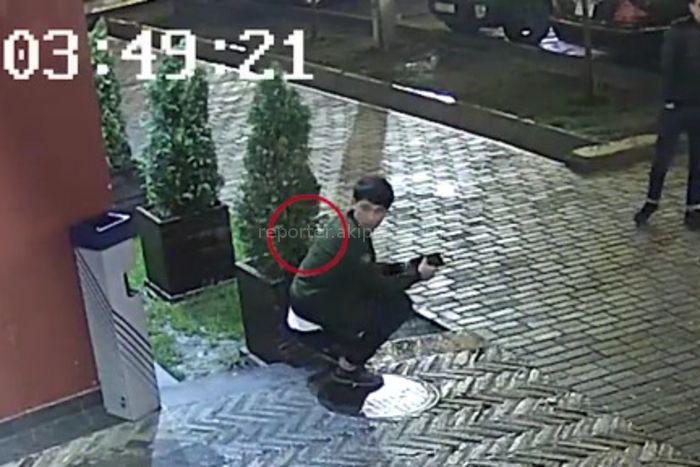 Видео — Парень унес чужую барсетку с деньгами у бара в Бишкеке. Владелец просит опознать его