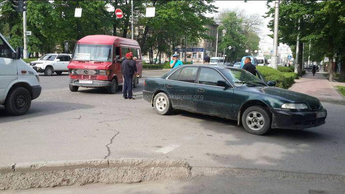 В центре Бишкека произошло ДТП с участием маршрутки и легковушки <i>(фото)</i>