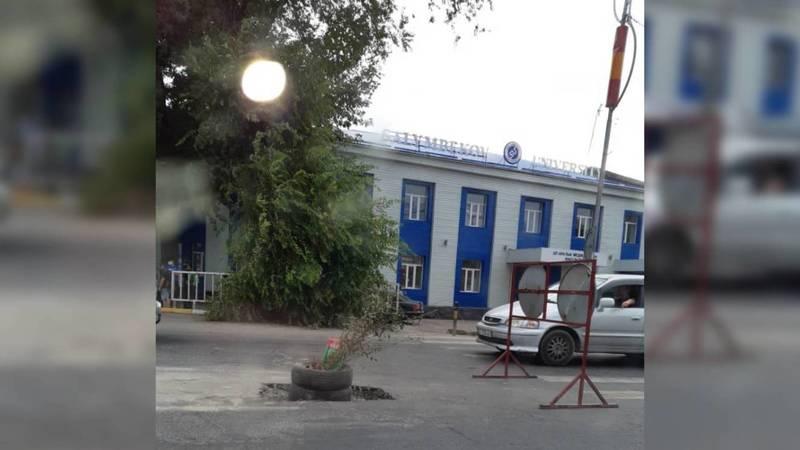 Горожанин жалуется на яму на пересечении улиц Рыскулова и Фучика