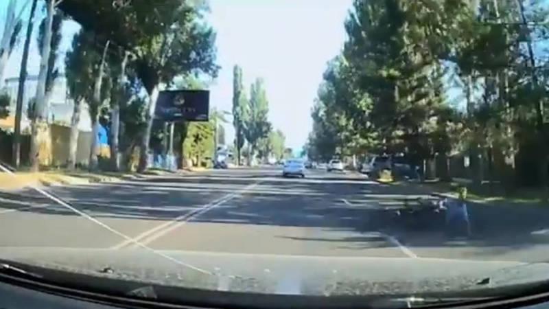 Велосипедист ехал по встречке и едва не попал под колеса автомобиля. Видео