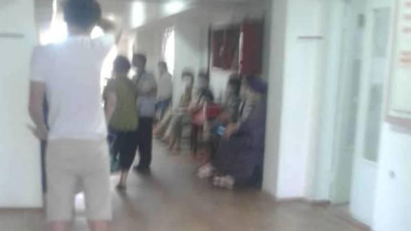 В поликлинике Токмока образовалась очередь, принимает только один врач. Фото очевидца