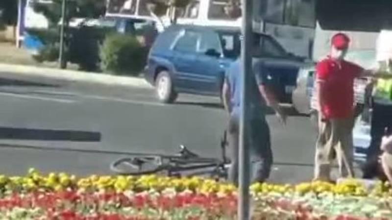 В Бишкеке таксист сбил велосипедиста. Видео с места ДТП