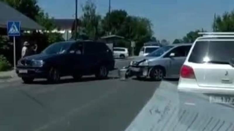 В Бишкеке произошло ДТП с участием мотоциклиста. Видео с места аварии