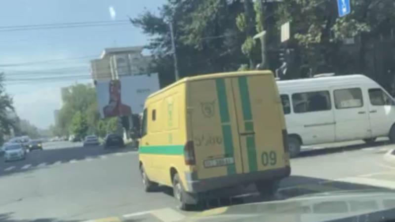 На пересечении Киевской - Тыныстанова чуть не произошло ДТП. Видео