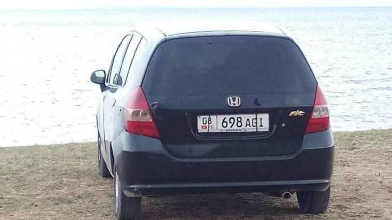 «Ауди С4» и «Хонды Фит» заехали на берег озера Иссык-Куль. Фото очевидца