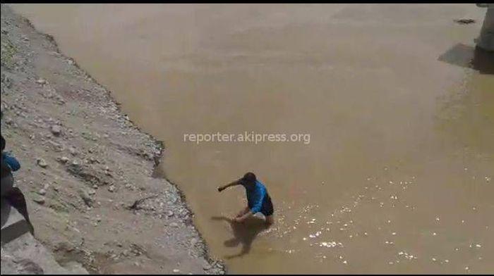 Видео — Жители Ак-Талинского района вброд переходят реку Нарын из-за отсутствия моста