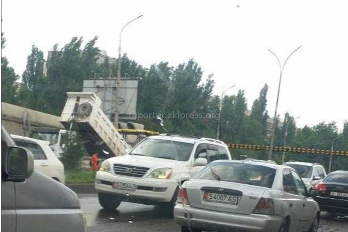 Почему в дождливую погоду продолжали делать асфальтирование на ул.7 апреля? - житель столицы