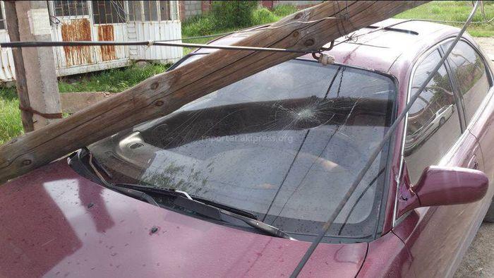 В жилмассиве Ынтымак в Бишкеке столб упал на машину