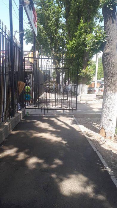 Постоянно открытые ворота на ул.Орозбекова мешают пешеходам (фото)