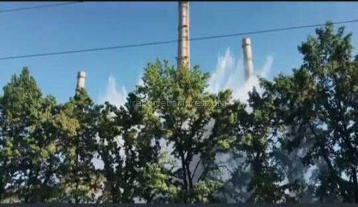 Видео — На территории ТЭЦ Бишкека вода бьет фонтаном