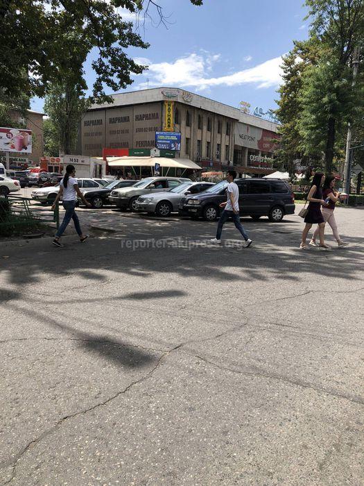 Бишкекчанин просит водителей не парковать машины на перекрестке Исанова-Чуй