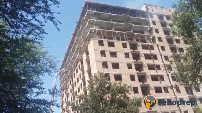 Видео — В строящемся доме по ул.Абая произошло сильное задымление