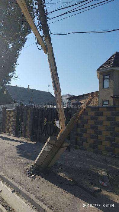 На пересечении улицы Тойгонбаева и Фрунзе наклонившийся столб создает угрозу безопасности пешеходов