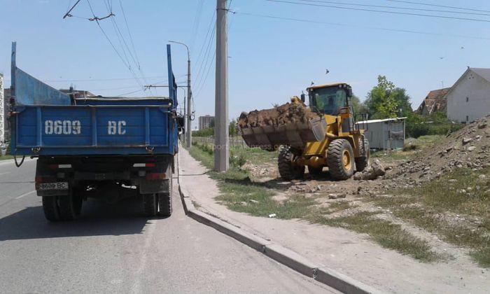 «Бишкекзеленхоз» очищает территорию остановки на пересечении ул.Д.Садырбаева и А.Масалиева