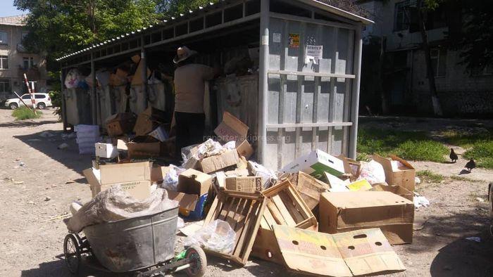 Во дворе дома №57 по пр.Айтматова расположена мусорная площадка. Житель просит перенести ее
