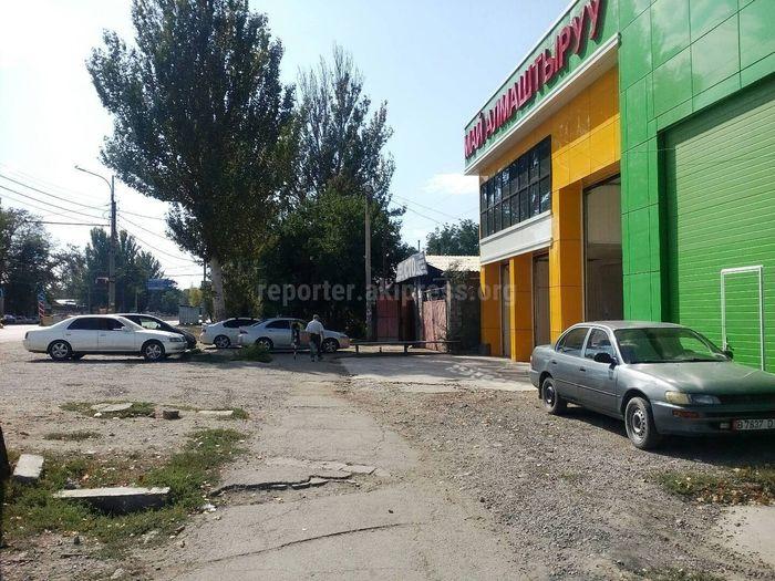 На проспекте Жибек Жолу машины постоянно перекрывают тротуар, - горожанка (фото)