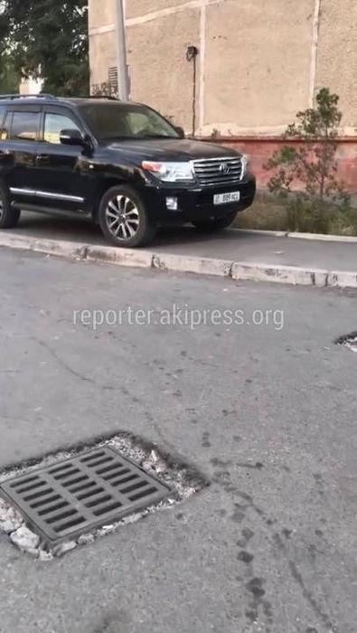 «Тойоту Ленд Крузер» припарковали на тротуаре <i>(видео)</i>