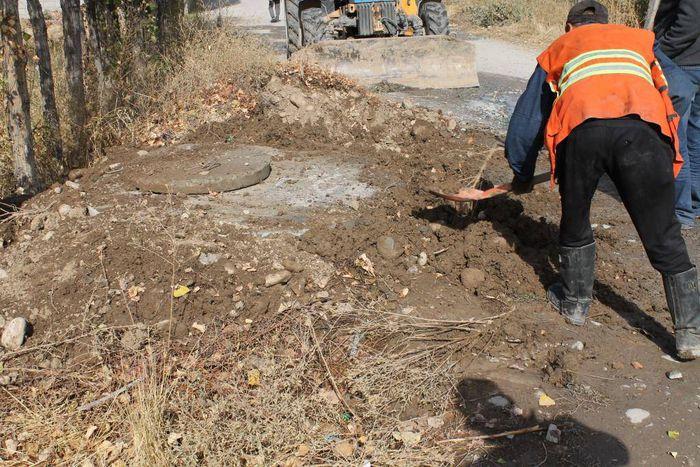 Бригада «Бишкекводоканала» устранила утечку питьевой воды на Матисакова-Абаданова (фото)