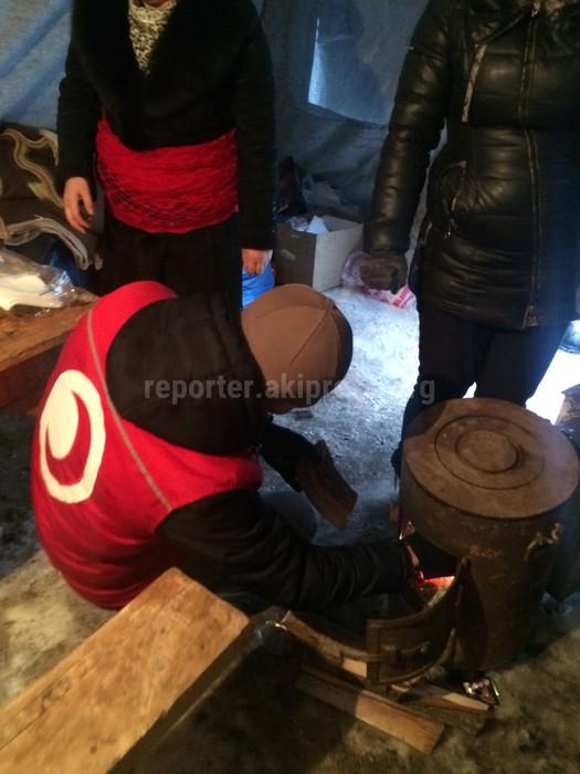 Фото — Гражданские активисты оказывают помощь пострадавшим в результате авиакатастрофы