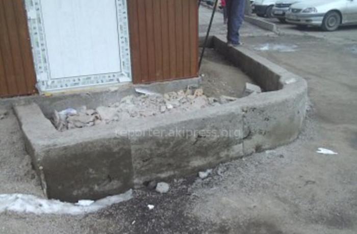 На территории «Таалай базары» в мкр Восток-5 хозяева при установке новой точки быстрого питания вышли на тротуар, - читатель (фото)