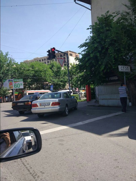 Читатель просит принять меры по отношению таксистов, которые паркуются на пересечении проспекта Чуй и улицы Суюнбаева