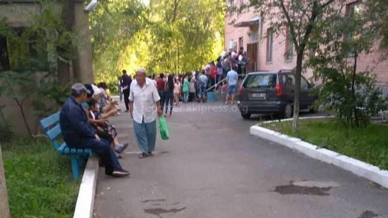 В поликлинике Кара-Балты образовалась очередь