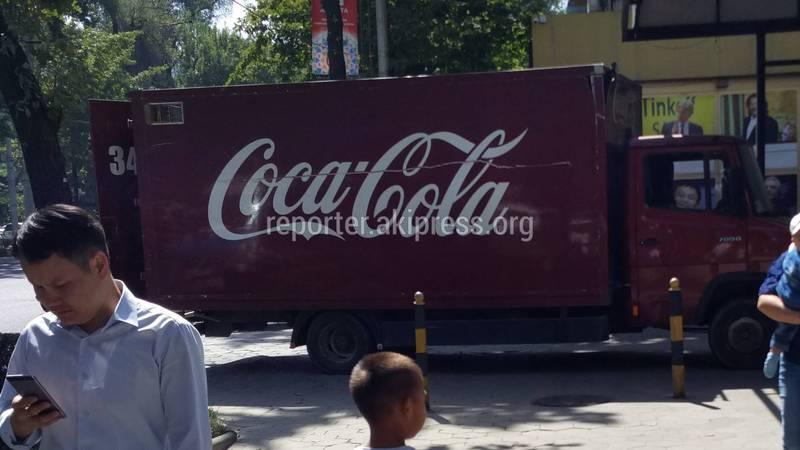 Грузовая машина компании «Кока-Кола» перегородила тротуар