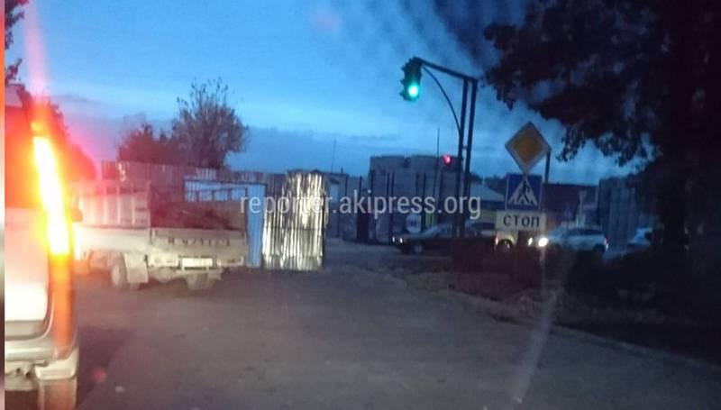 Водители просят убрать ограждение на Тоголок Молдо-Щербакова
