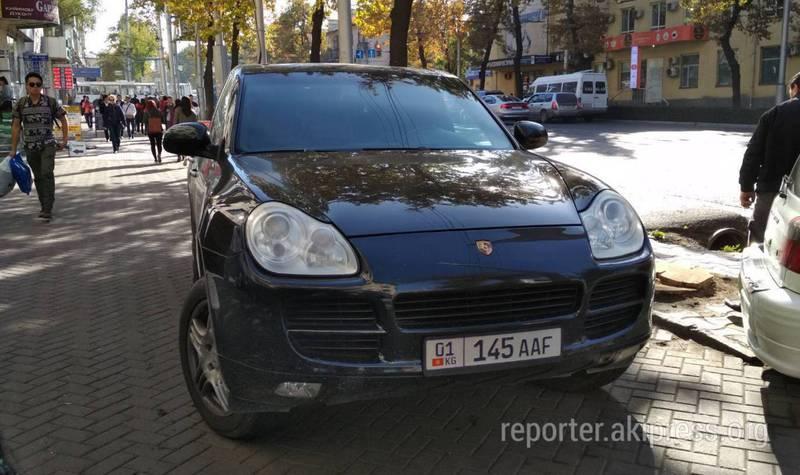 Фото — В центре Бишкека «Порш Кайен» нагло припарковали на тротуаре