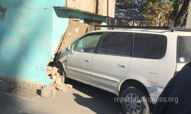 Видео — Машина проломила стену пристройки на Баялинова-Орозбекова. Третий случай за месяц