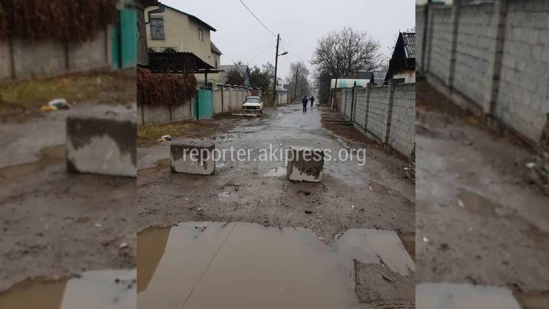 На улице Древесной появились бетонные блоки (фото)