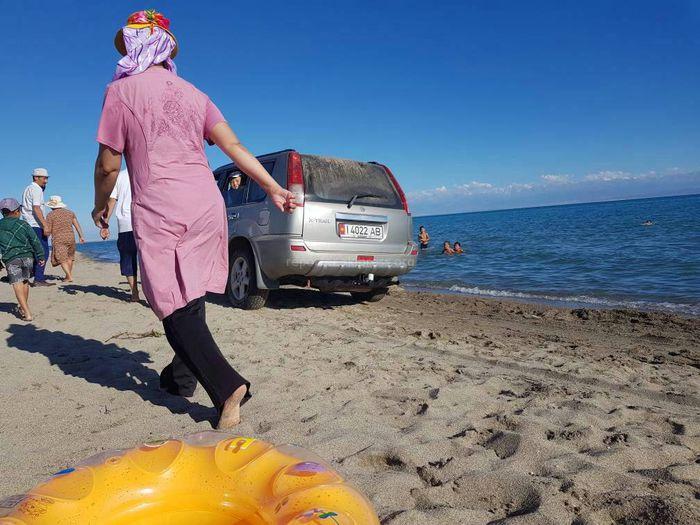 В селе Орто-Өрүктүү на пляж озера Иссык-Куль заехала машина и проехалась близ отдыхающих <i>(фото)</i>