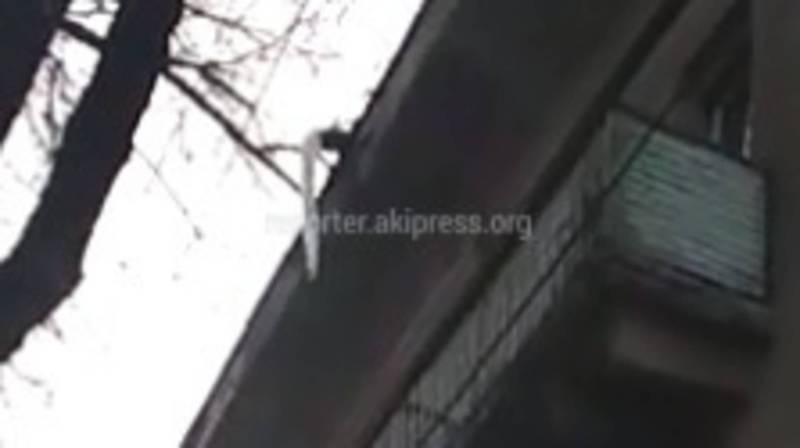 Бишкекчанин просит убрать сосульки с крыши дома на ул.Киевской (видео)
