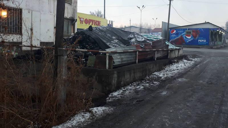 На Фрунзе-Школьной невозможно ходить из-за продажи угля вдоль тротуара, - житель (фото)