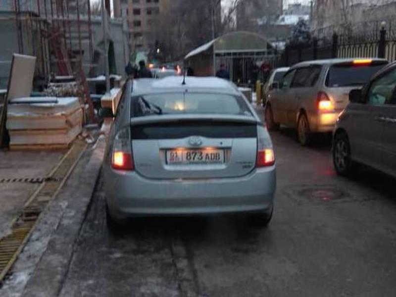 На западной стороне ТЦ «Бишкек Парк» водители паркуют свои авто и устраивают пробки