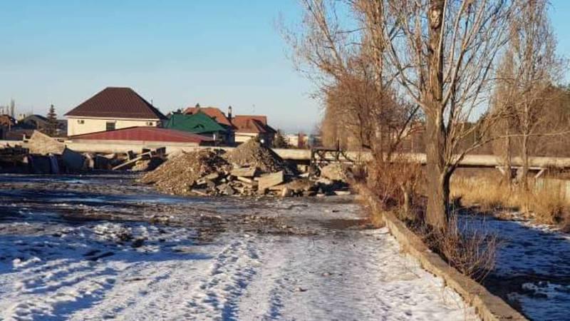 В 4 мкр вдоль реки Аламедин вываливают строительный мусор - бишкекчанин (фото)