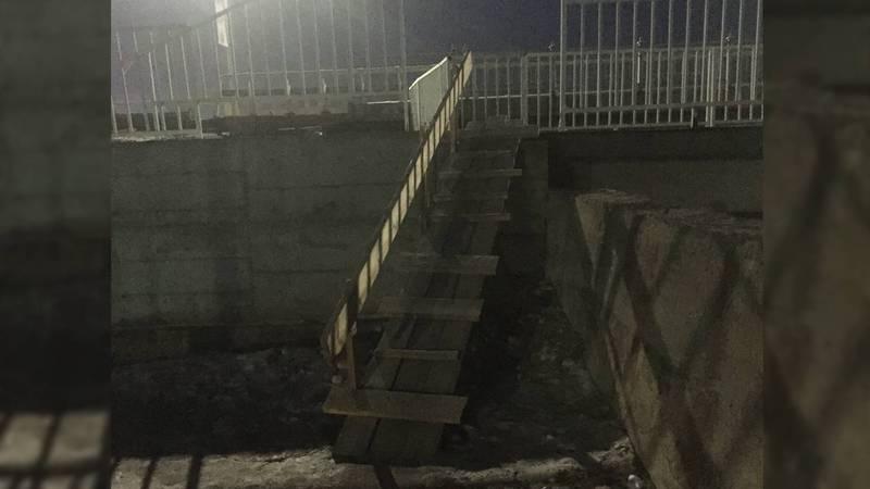В Бишкеке на Масалиева - Малдыбаева опасная деревянная лестница - читатель (фото)