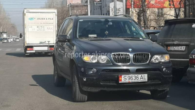 В Бишкеке на Чуй-Шопокова водитель «БМВ» оставил машину на проезжей части, - читатель (видео)